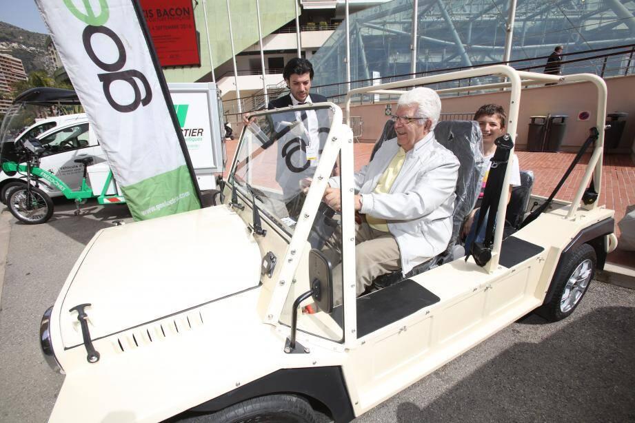 Jean-François, un retraité venu de Port-de-Bouc, dans les Bouches-du-Rhône, essaie un véhicule électrique, hier après-midi dans le cadre du salon Ever. Il ressort du test plutôt convaincu.