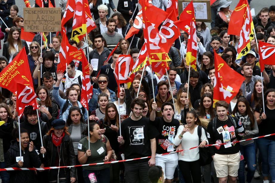 En début de cortège, lycéens et étudiants ont donné de la voix pour protester contre la loi Travail. Ils étaient entre 2 50 (selon la police) et 400 (selon les syndicats).