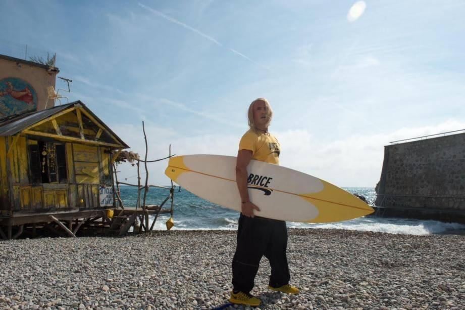 La planche de surf utilisée par Jean Dujardin sur le tournage de Brice de Nice sera mise aux enchères lors du Festival de Cannes.