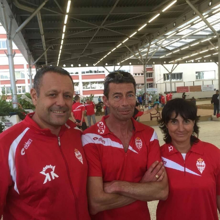 De gauche à droite : Richard Trani, Pierre Poilbarbe et Aurélia Blasquez Ruiz, championne du monde en titre, à l'occasion du Grand Prix de Monaco qui se tenait récemment sur les terrains du Club Bouliste Monégasque.