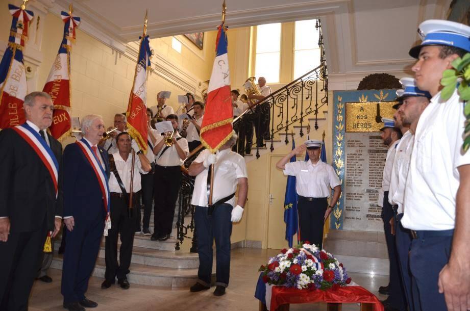 Moment de recueillement après le dépôt de gerbe par le maire Gérard Spinelli et le premier adjoint Gérard Destefanis.