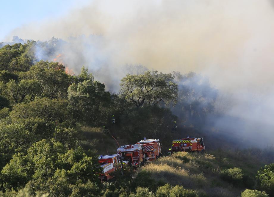 Courant jusqu'au vallon de l'Oratoire, les flammes se sont rapprochées des habitations. Le feu était stabilisé à la tombée de la nuit.
