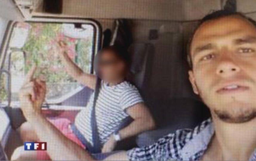 Prise le 12 juillet, cette photo le montre faisant un doigt d'honneur en compagnie d'un proche à l'intérieur du camion de la mort.