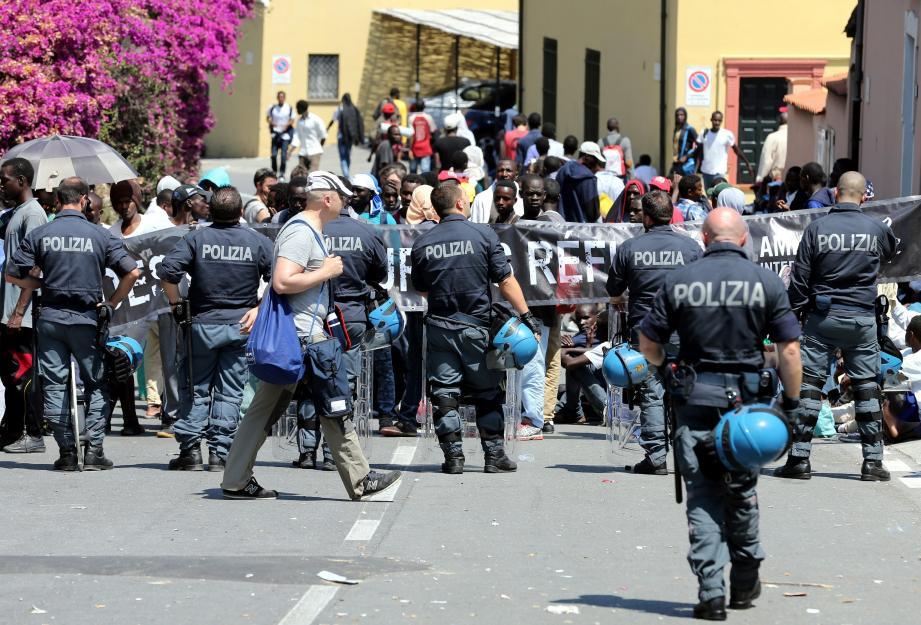 Les migrants qui manifestaient depuis samedi près de la frontière avec la France ont levé le camp tard dimanche soir.