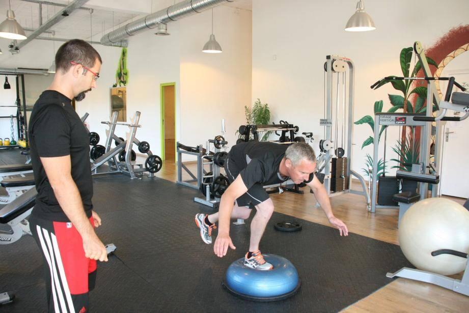 Toujours accompagné de son coach Mickaël Sicari, Joost Vandendries perfectionne ses techniques de stabilité et d'équilibre.