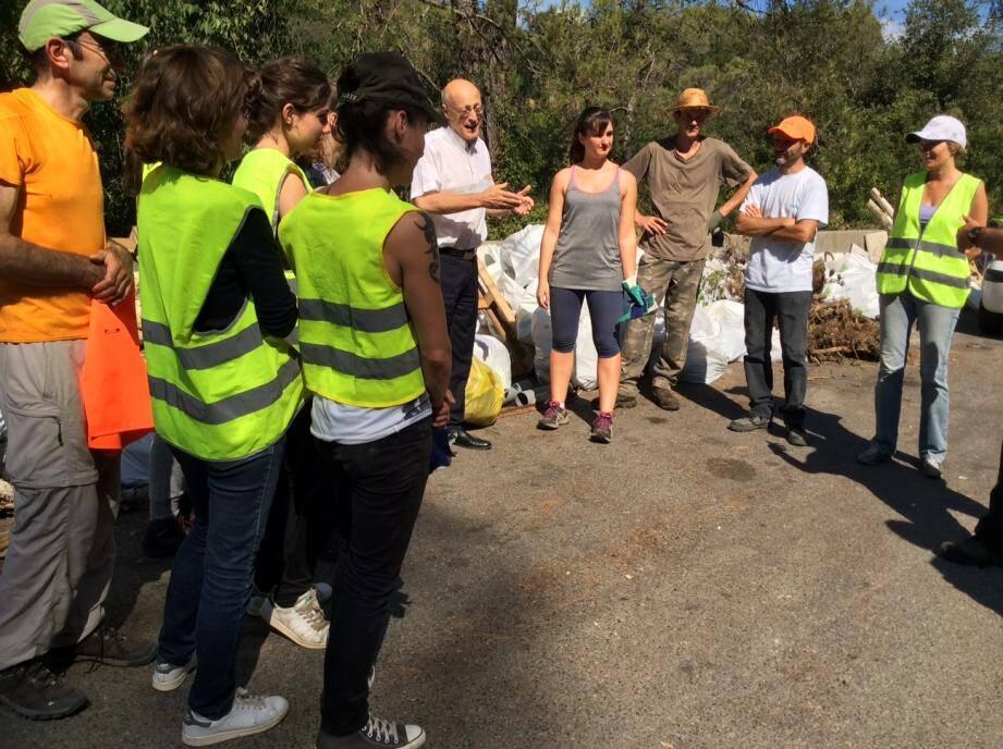 La quinzaine de bénévoles de l'association OSE a pu nettoyer une partie du site de La Roque, hier matin.