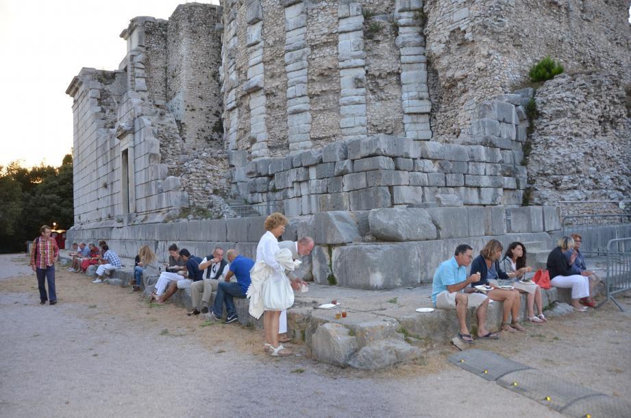 Pique-nique romain (Pullus, Patina, Dulcium et Panis), arrosé de Myrtite  ou d'Absintite, au pied du trophée en attendant la projection d'Alexandre.