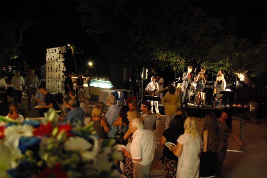 La fête a battu son plein toute la soirée dans le parc du château.