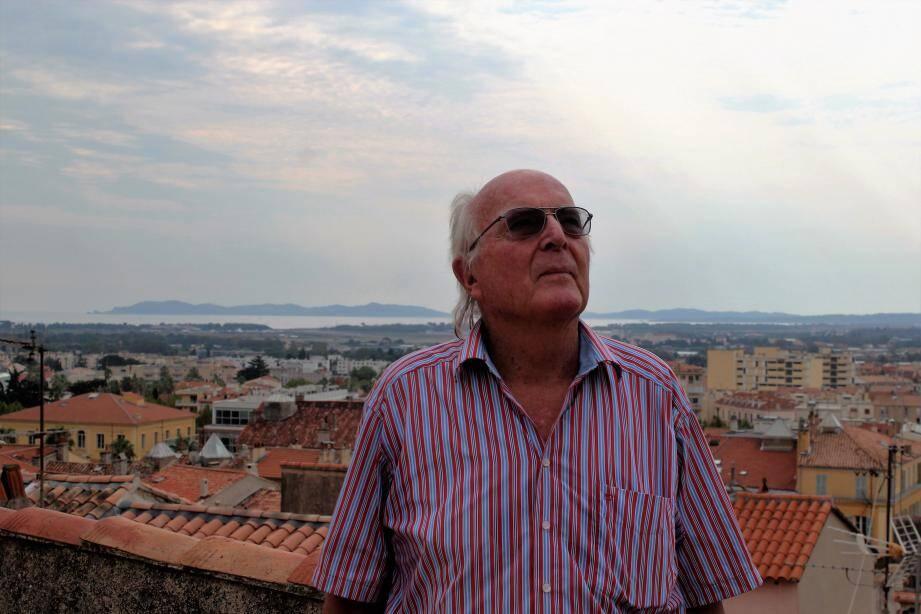 Francis Hallé découvre la canopée architecturale hyéroise pour la première fois.