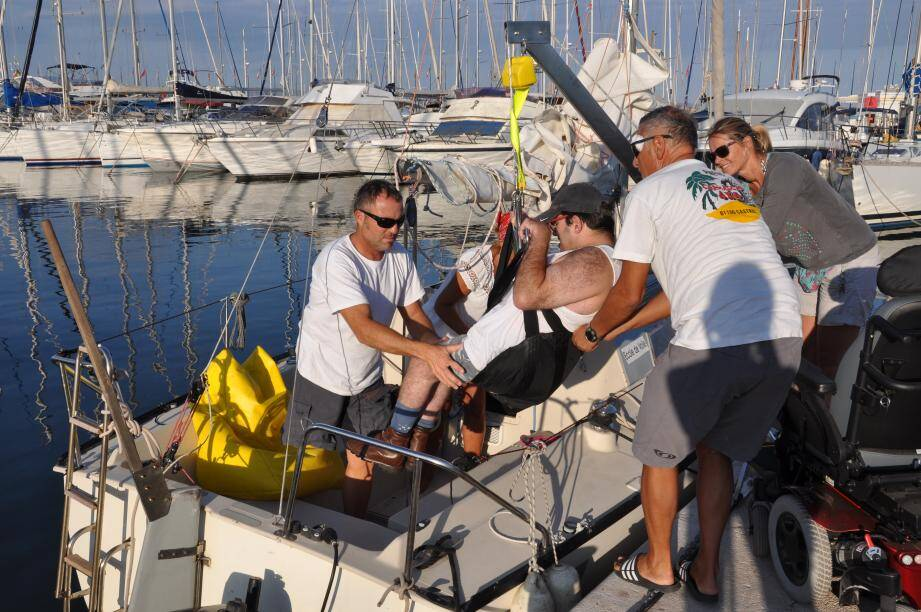 Une potence facilite l'accès à bord de Mickael, qui n'a pas l'usage de ses jambes. C'est lui qui, tout sourire, ramène le bateau au port !