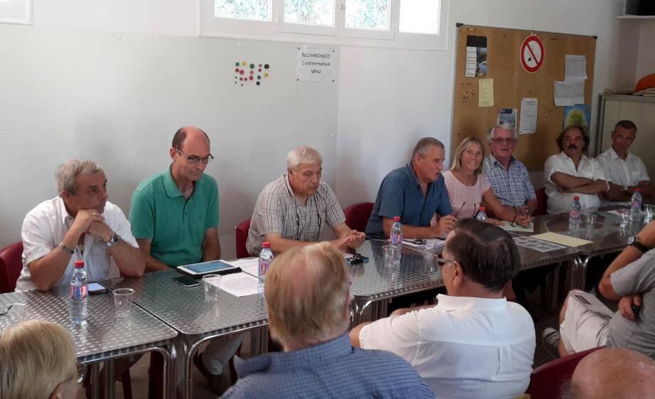 Alain Reynaud (chemise bleue) a ouvert la séance, entouré des élus des trois communes concernées.