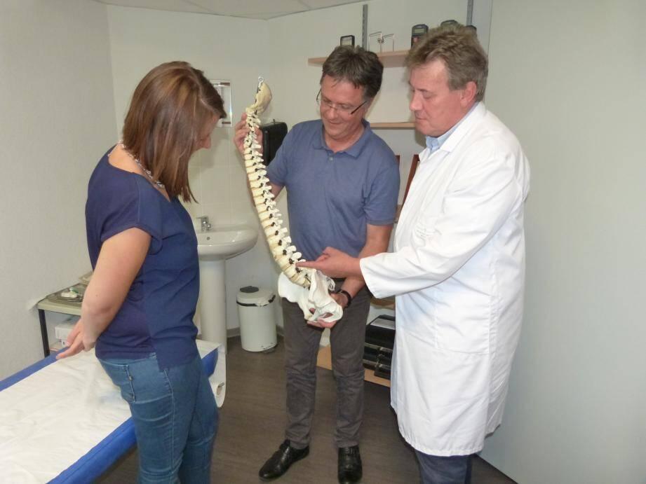 Les docteurs Lacour et Desjardins sont deux des quatre chirurgiens qui pourront examiner les patients souffrant de douleurs dorsales.