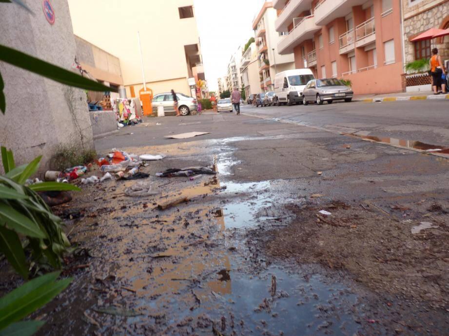 Selon Marie-Louise, la rue Bricka, a Juan-les-Pins, aurait besoin d'un bon coup de nettoyage.