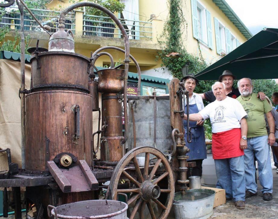 Emile Thihy (premier à gauche) sera de nouveau présent pour distiller la Branda 2016 dans son magnifique alambic.