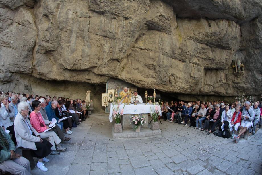 La dernière messe avant la retraite pour le père Jacky Jobert, avec à gauche, son successeur le père J.L. Magnin.