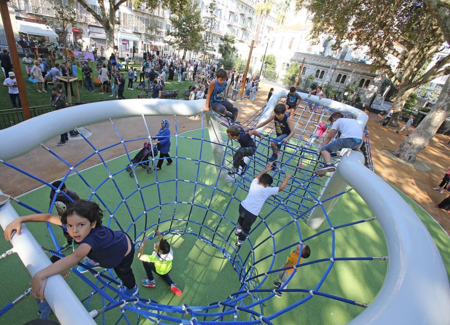 Jeux pour tout-petits, structure de cordes et grand espace pour les animations… Bienvenue au jardin Notre-Dame.