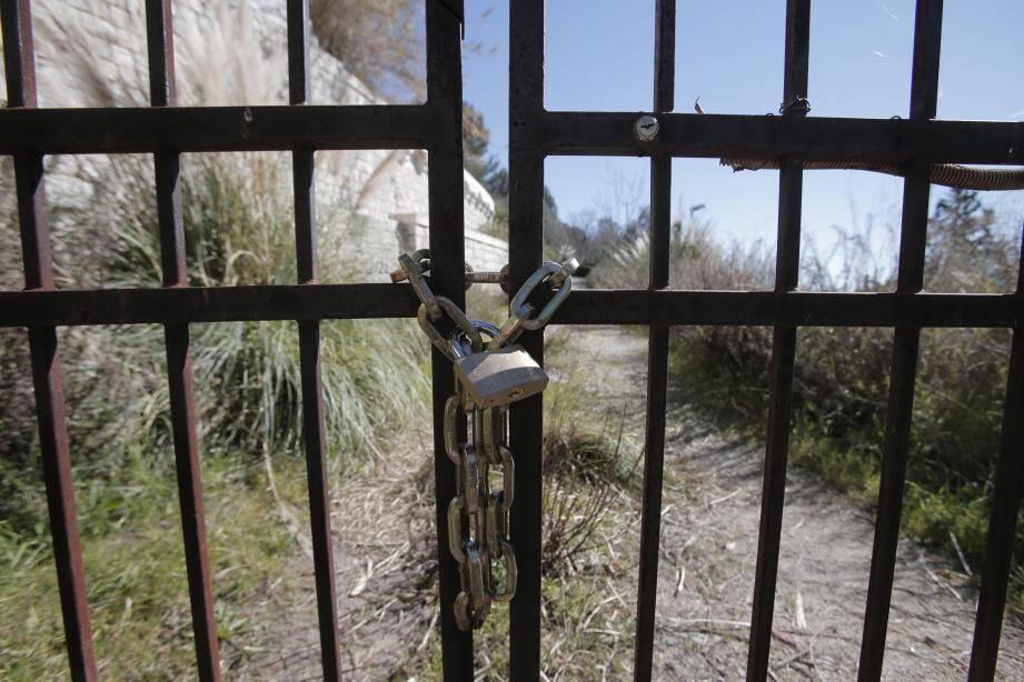 Derrière cette grille se cache le château de l'Aiguetta.