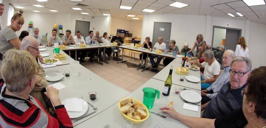 Les seniors et les personnalités réunis à la même table pour savourer les produits locaux.