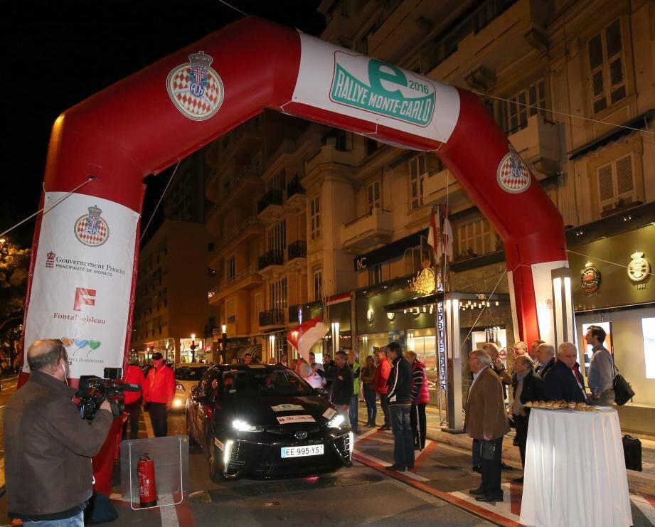 Les concurrents du e-Rallye ont pris le départ de la dernière étape (Monaco-Monaco) devant l'Automobile Club hier soir. Une première !