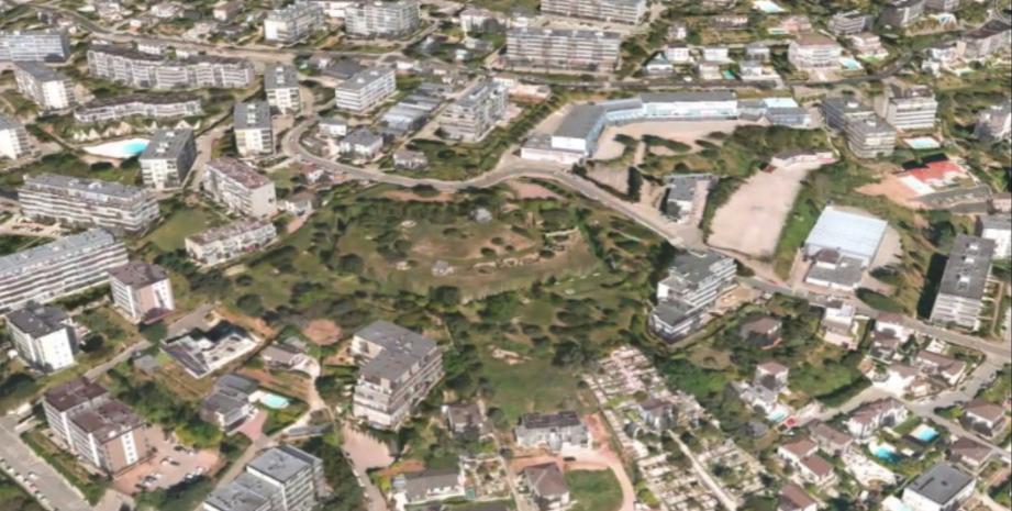 Au-dessus du cimetière de Caucade, sur un terrain de plus de 8 800 m2, s'élève la Batterie russe, un fortin protégé par des douves.