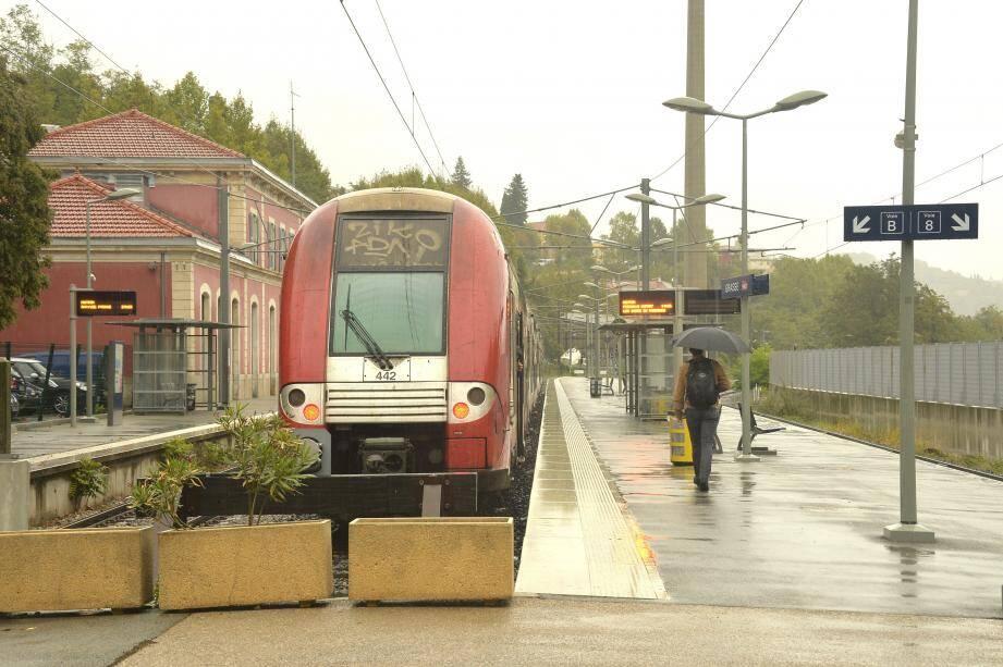 Deux trains par heure.Tel est l'un des objectifs du chantier, lancé par la Région, qui se déroulera sur la ligne Grasse-Cannes.Une ligne fermée à partir du 11décembre prochain.En attendant la réouverture en décembre2017, le nombre de bus sera augmenté.