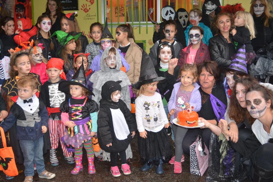 Les enfants regroupés autour de la citrouille, symbole de Halloween avant la récolte des friandises.