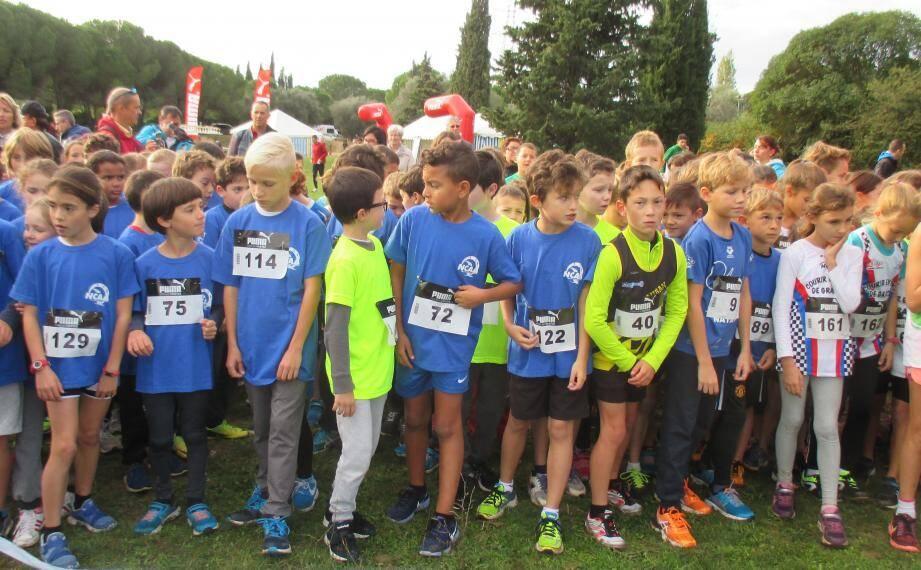 Les enfants  concentrés avant le départ de la course d'Eveil.