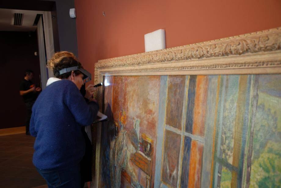 Les œuvres sont minutieusement examinées par les commissaires des musées prêteurs.