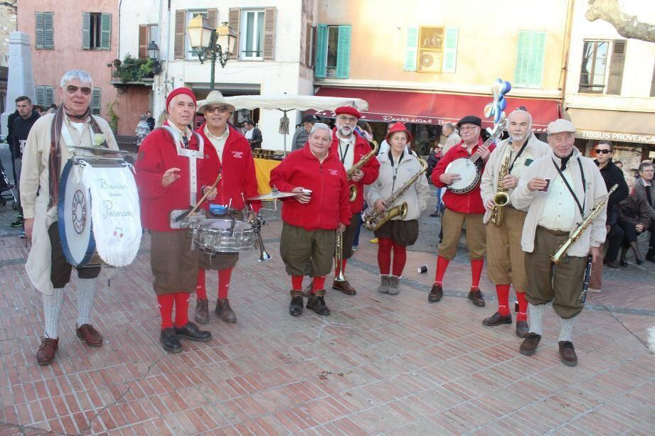 Toute la journée d'hier, la Banda dou paioun a assuré l'ambiance musicale le temps que les châtaignes soient grillées et distribuées au public.