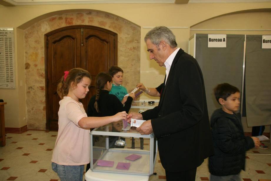 Une élève de CM1 votant pour la première fois, sous le regard attentif d'Yves Chesta, adjoint au maire.