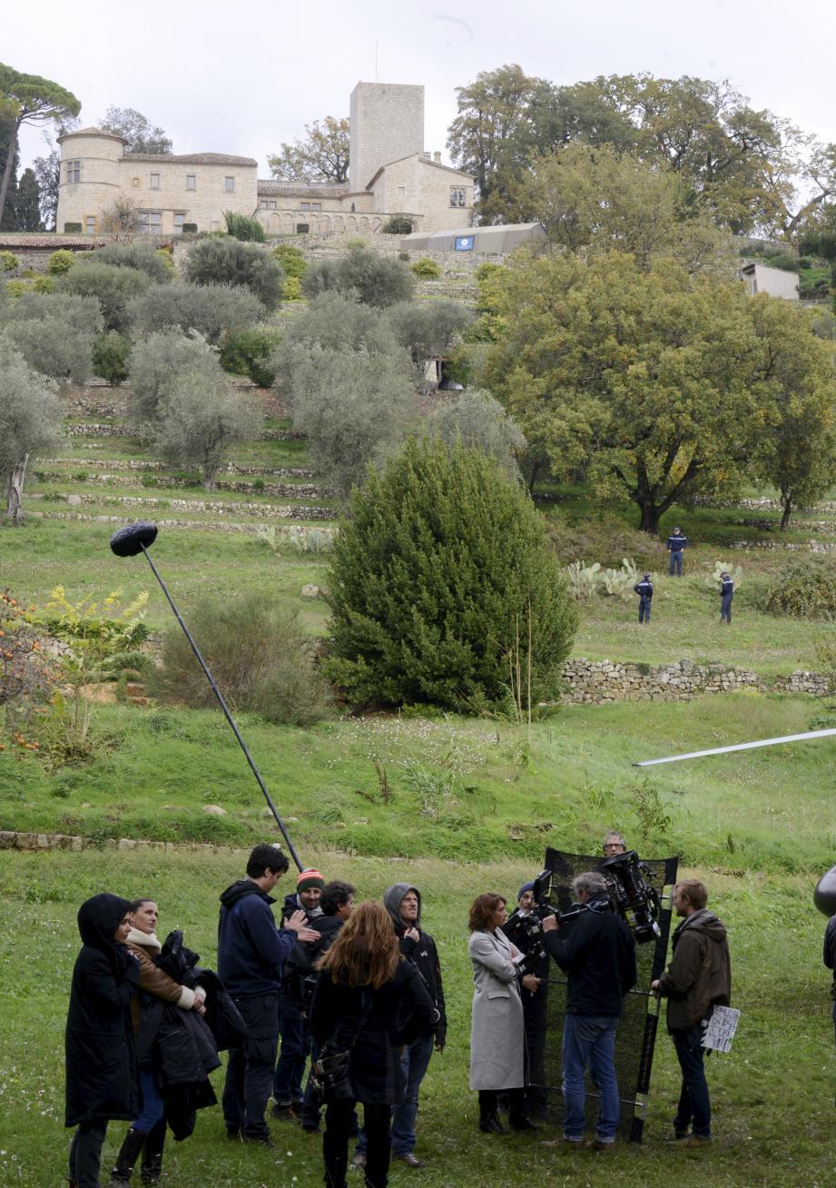 Malgré une météo capricieuse ces temps-ci, les caméras de « Ransom » ont investi le domaine de Castellaras pour un nouvel épisode. De gauche à droite : Emma de Caunes (Nathalie), Sarah Green (Maxine) et Luke Roberts (Eric).