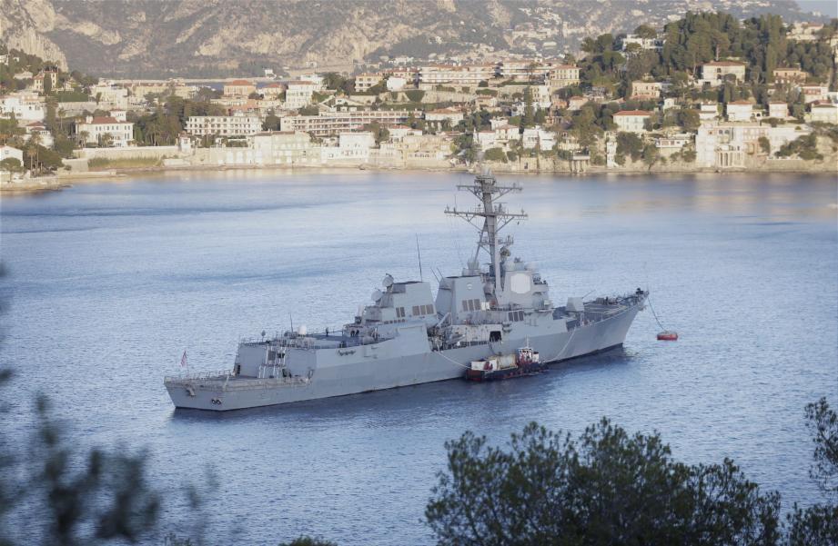 Le destroyer en rade de Villefranche. Il est formellement interdit de s'en approcher à moins de 150 mètres.