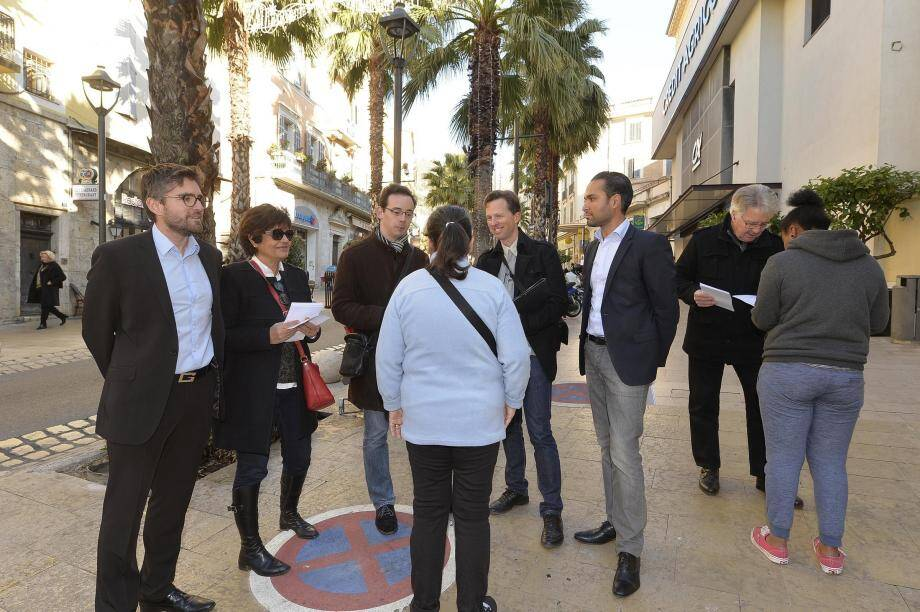 Ci-dessus, les militants de « En Marche » à Grasse sont allés samedi à la rencontre des électeurs pour présenter leur candidat à la présidentielle de 2017. Ils étaient conduits par Thomas Pradeau, animateur de l'équipe grassoise (ci-contre).