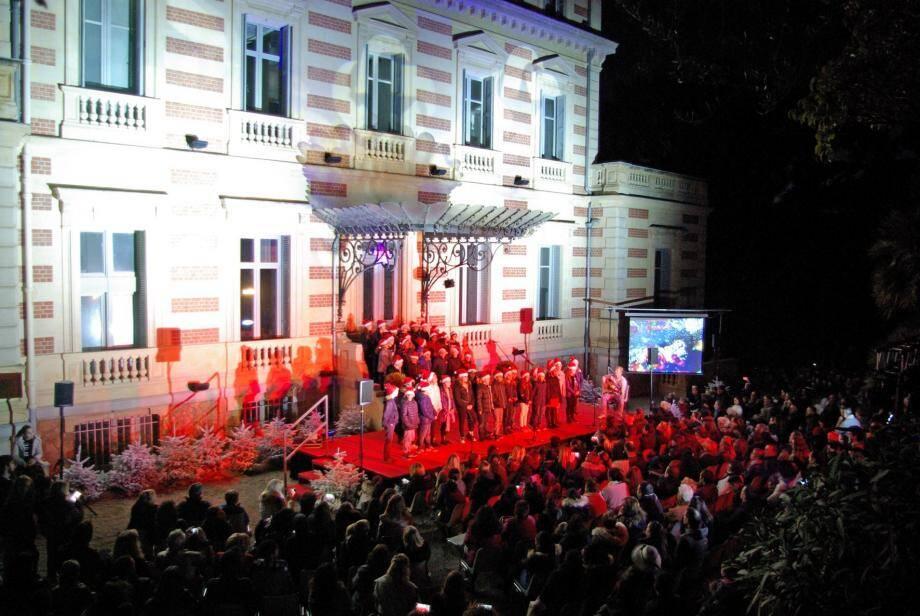 Les enfants de la ville ont donné un concert de chants de Noël aux Terrasses.