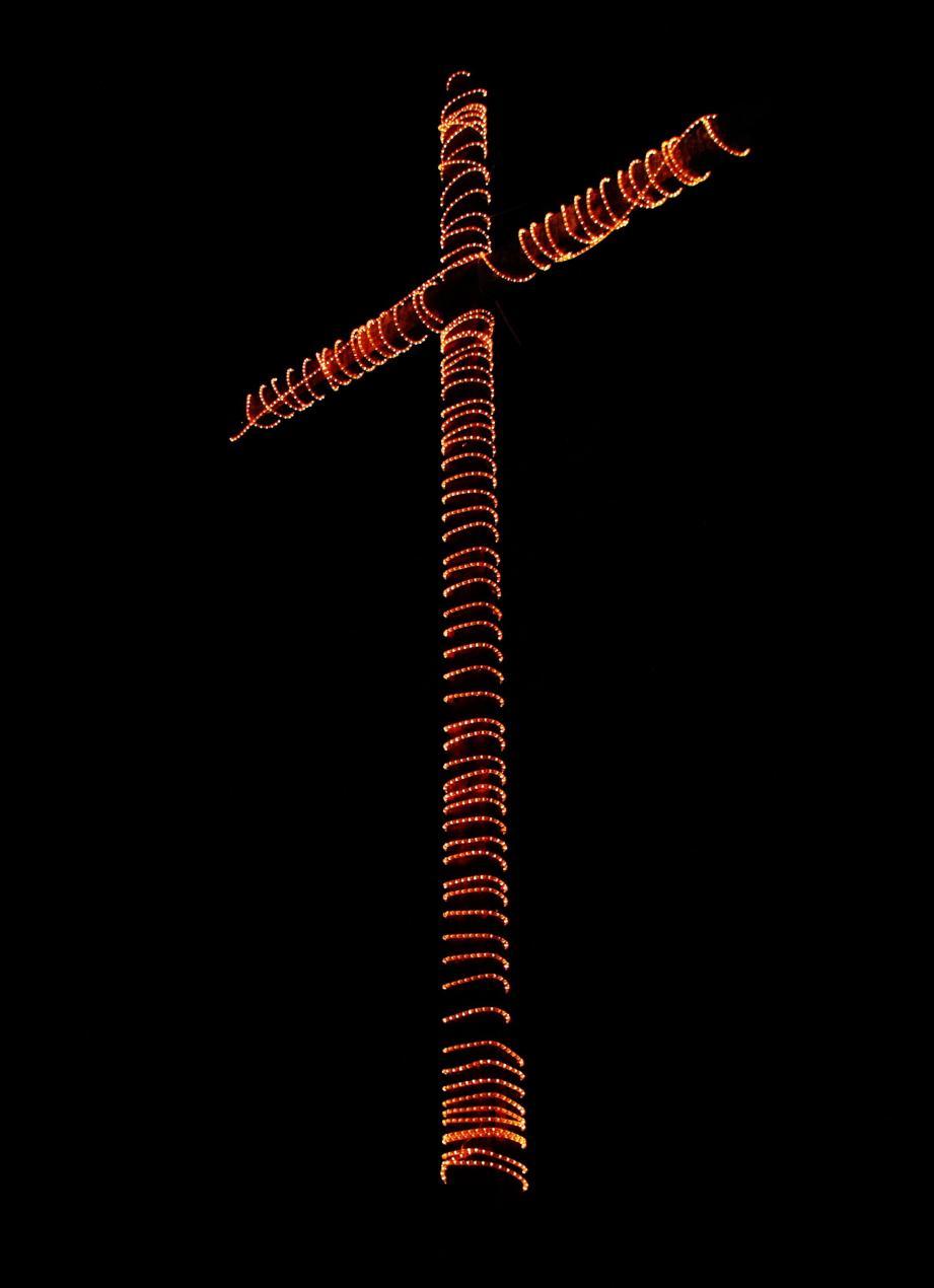 Vue plongeante sur le centre-bourg de Sospel, au soir de Noël du pied de la croix.
