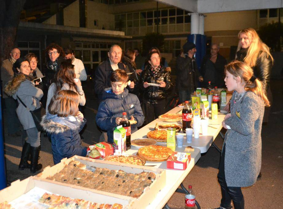Parents, élèves, enseignants et élus se sont retrouvés pour une soirée constructive sur l'écomobilité. A droite, l'association Choisir a mis en place un atelier de réparation vélos.