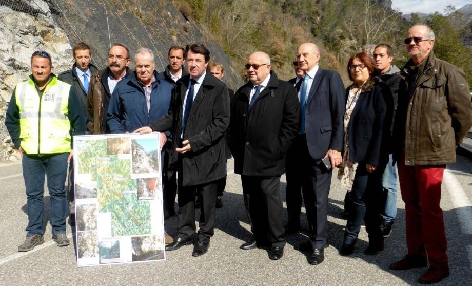 Le président de la Métropole, Christian Estrosi, entouré des élus lors de la visite de l'avancement des travaux lundi.