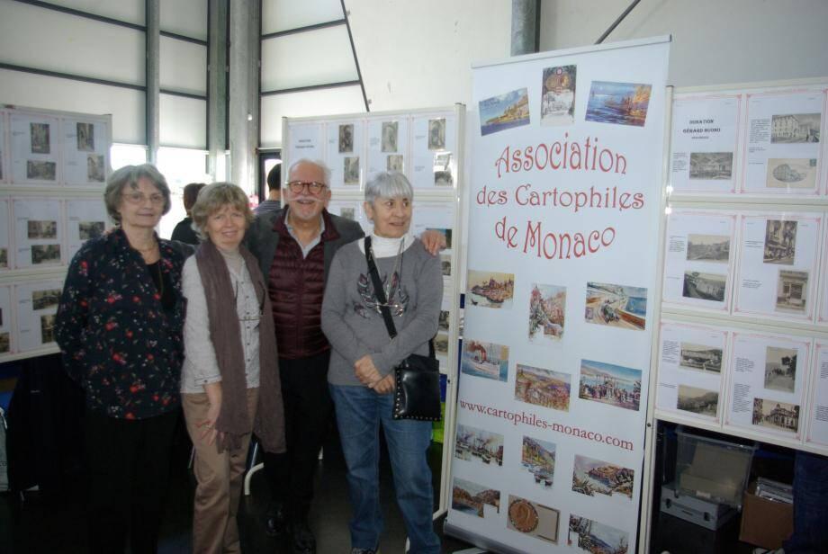 Patrick Occelli et les membres de l'Association des Cartophiles de Monaco devant leur exposition.