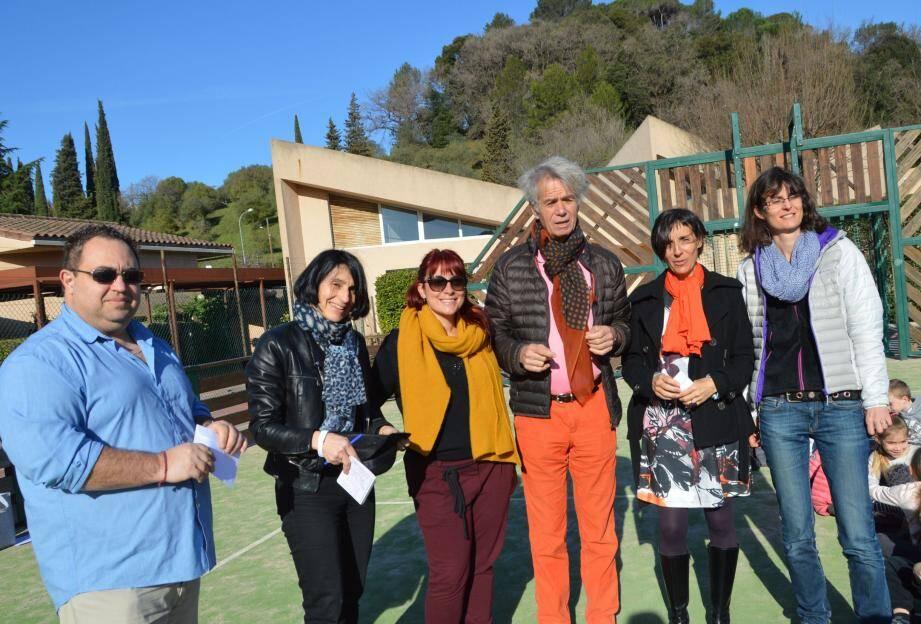 Gérard Chambre entouré par les enseignants en présence de Julie Marot qui anime les ateliers théâtre des jeunes.
