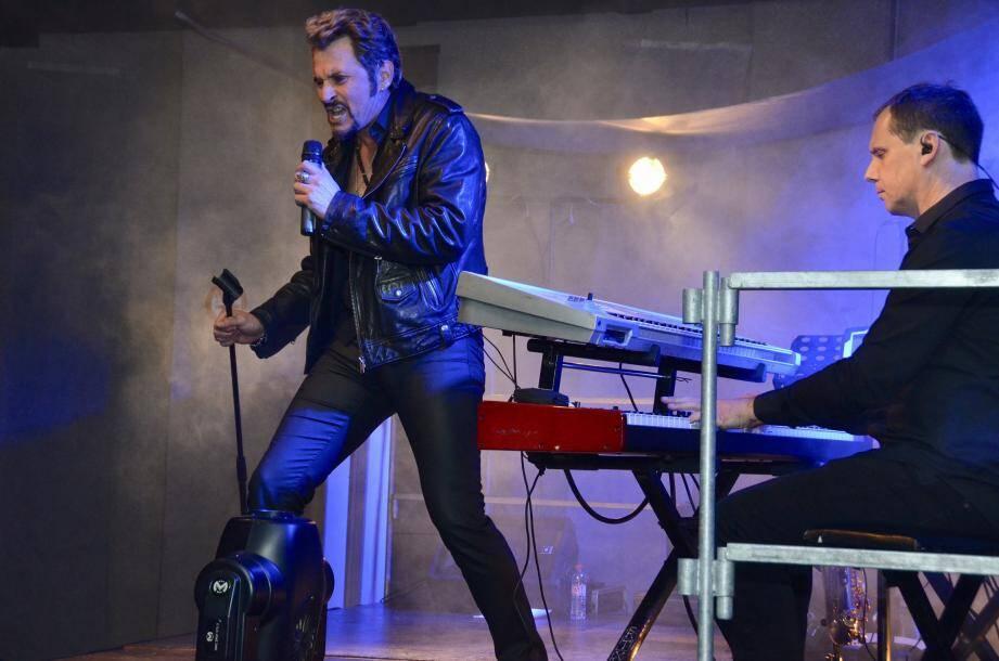 Johnny Vegas a livré un show un rien intimiste, parlant, chantant et jouant sur scène en imitant Johnny Halliday en évitant toute caricature.