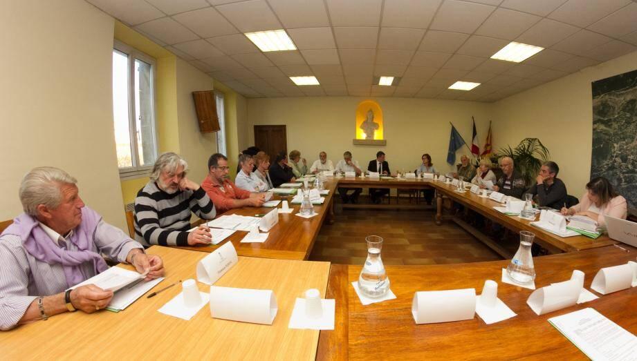 Dans la salle du conseil, la préparation du budget.