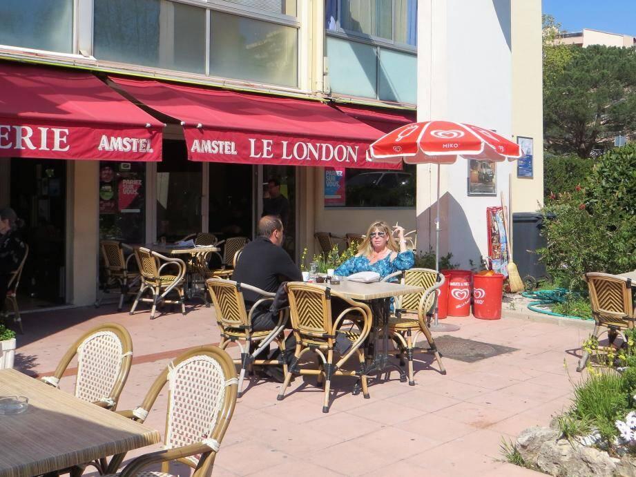 L'esprit village règne sur cette place où l'on vient aussi pour prendre juste un café au soleil.