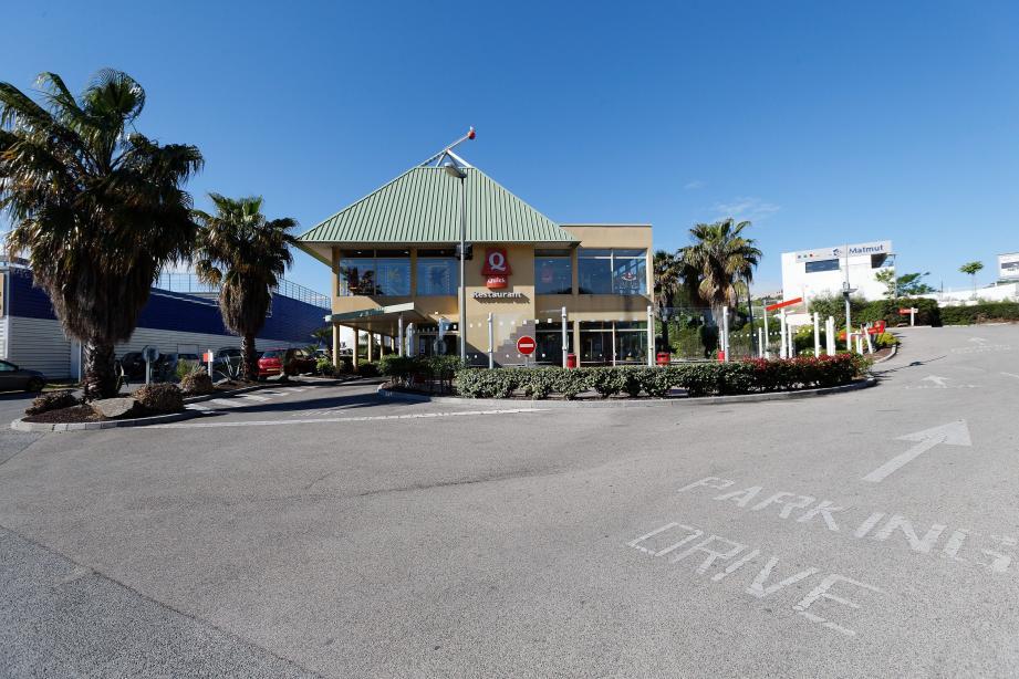 Burger King, numéro 2 mondial de la restauration rapide, poursuit son hégémonie sur le sol français. Ci-contre, le Quick de la ZAC des Playes sera remplacé - après travaux - début août par l'enseigne du géant américain.