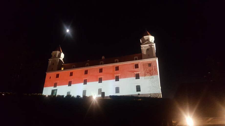 La semaine dernière, la façade du château de Bratislava était tour à tour aux couleurs de la Principauté et de l'Europe.