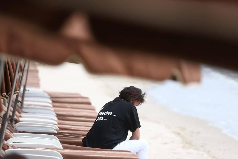 Le T-shirt noir porte la douleur des professionnels du tourisme : « Sauvons nos plages, nos emplois ».