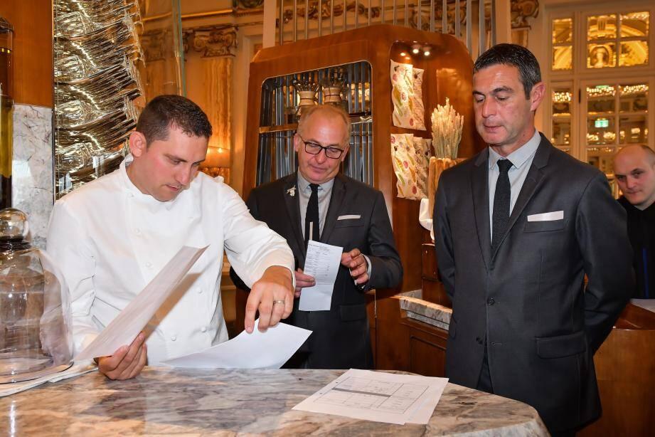 19 heures : le chef de cuisine Dominique Lory, le chef-sommelier Noël Bajor, et le directeur du restaurant Michel Lang s'ajustent pour accueillir les premiers clients.