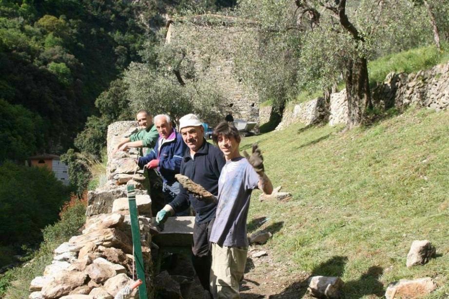 Les bénévoles restaurent les remparts pendant une dizaine de jours.