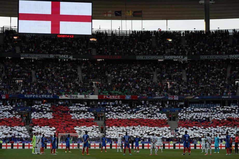 Un tifo blanc avec une croix rouge, couleurs du drapeau anglais, a été déployé dans l'un des virages en signe de fraternité avec l'Angleterre, touchée par des attentats meurtriers à Lanchester et Londres ces dernières semaines. Emmanuel Macron et Theresa May étaient présents.