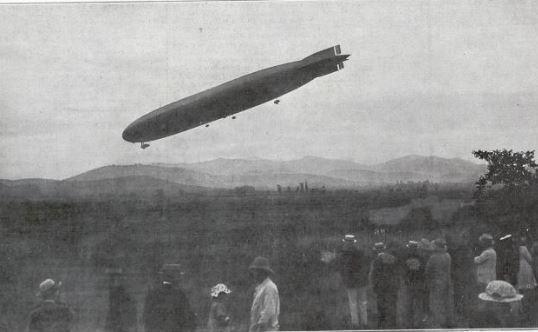 Le Dixmude à son arrivée au dessus de l'aérodrome de Cuers-Pierrefeu.  Entrée du dirigeable dans son hangar (ici à droite).   (@L'Illustration)