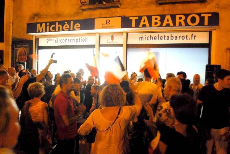 Devant la permanence de la députée, à Pégomas, ambiance de fête, hier soir. Quand  la candidate REM remerciait ses soutiens, à Mouans-Sartoux.